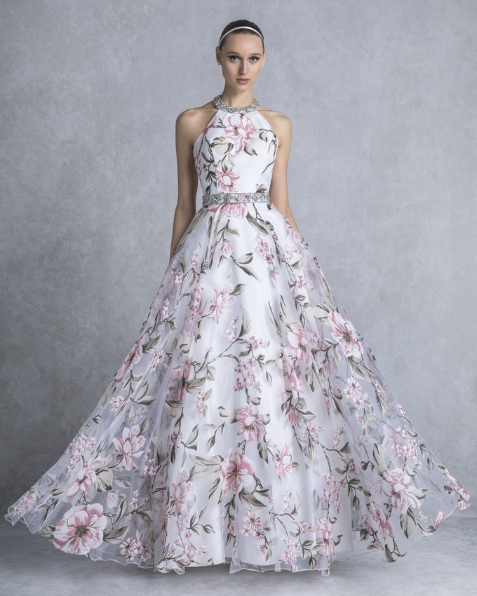 3ebd39c89268 Κοκτέιλ φόρεμα εμπριμέ με κέντημα στο λαιμό και τη μέση
