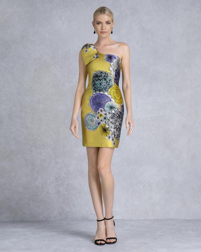 e2be1664b63b Κοκτέιλ φόρεμα κοντό εμπριμέ με έναν ώμο και φιόγκο