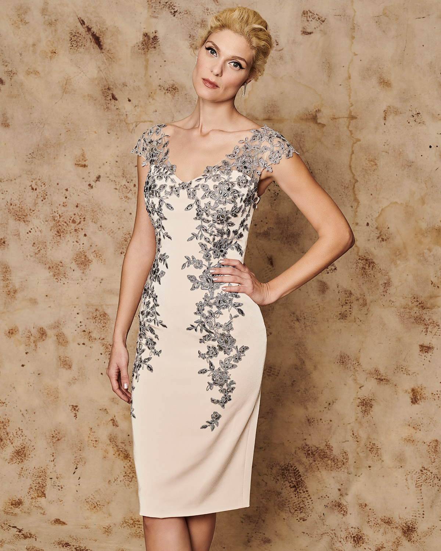 cbf1d2cd4b2 Mikael - ALEXIA - Κλασικό κοντό φόρεμα με απλικέ δαντέλα