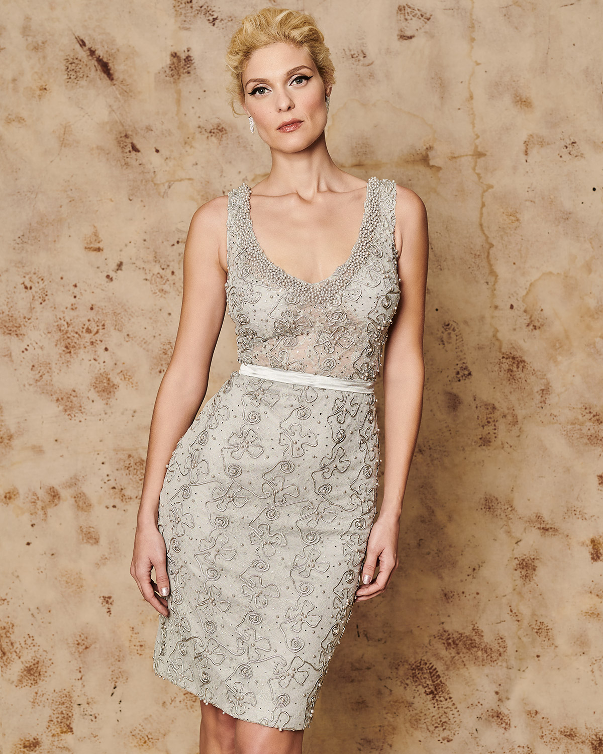 Classic Dresses / Short evening dress with embroidery and belt
