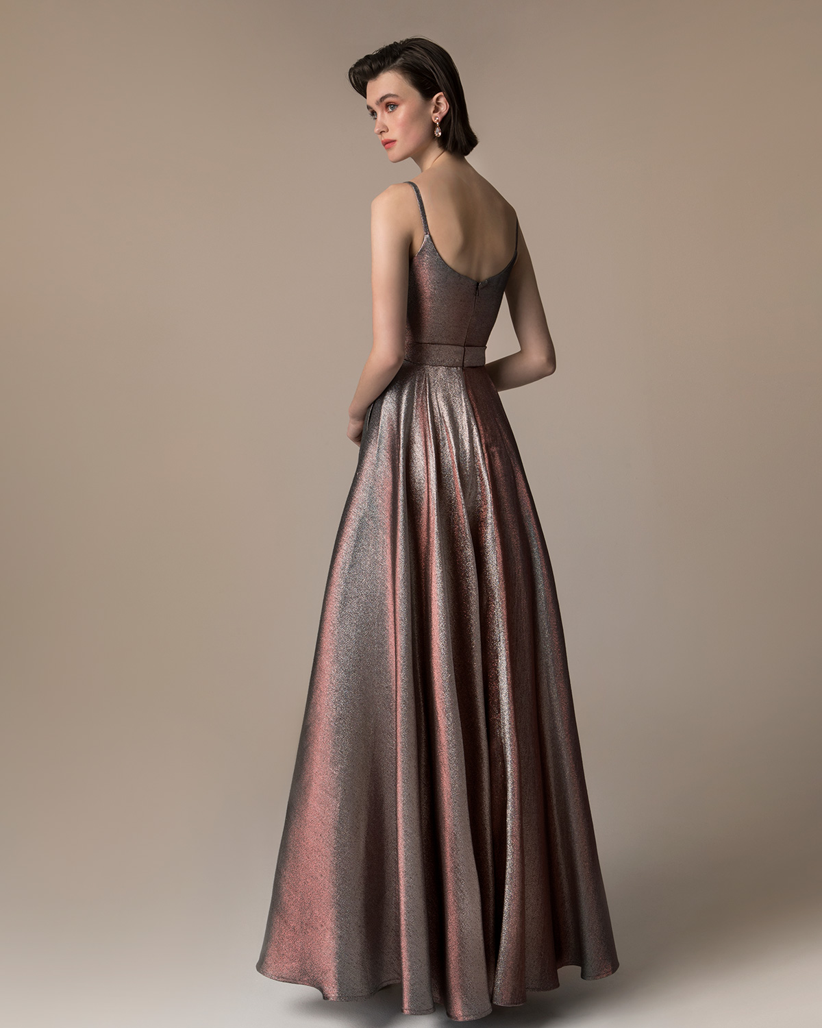 Evening Dresses / Long evening dress with a bow and shining fabric