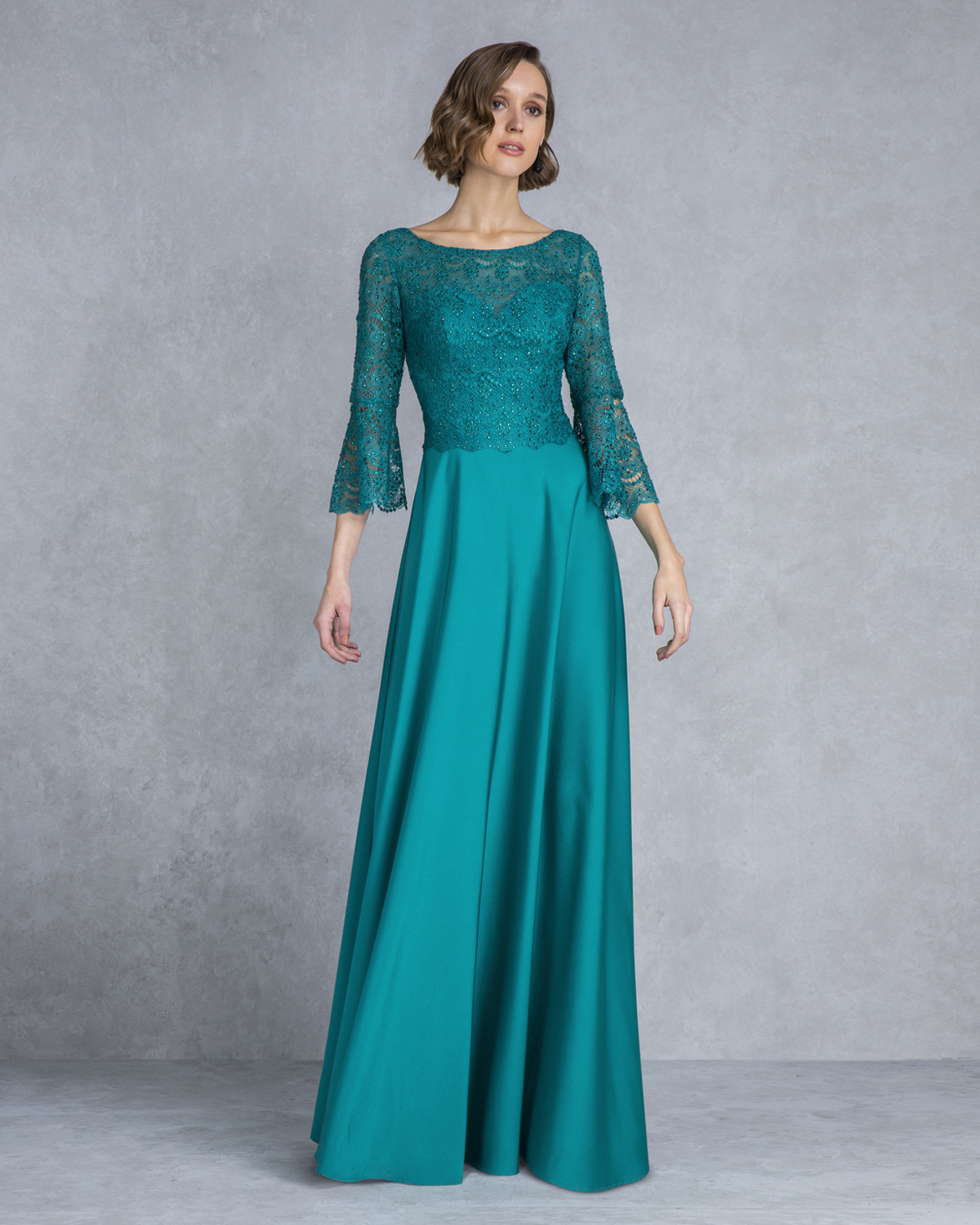 Classic Dresses / Long evening dress with lace top and sleeves