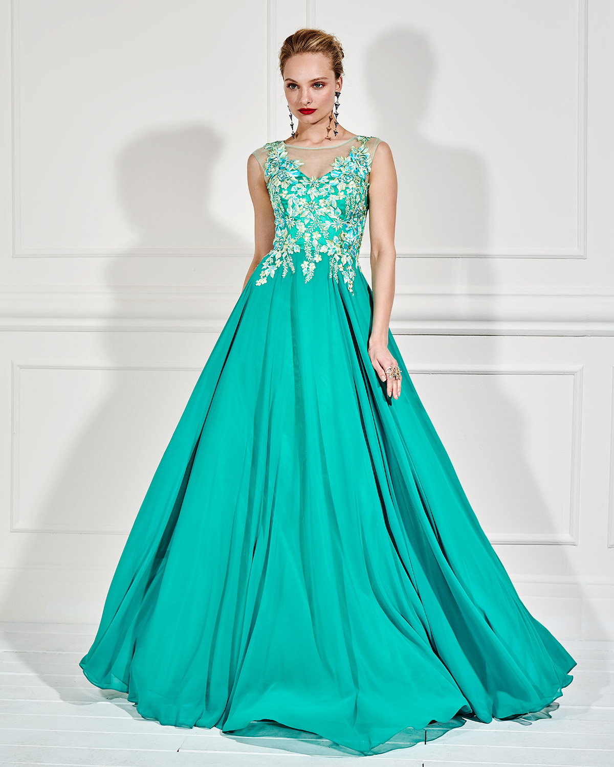 Evening Dresses / Long evening dress with applique flowers and beading