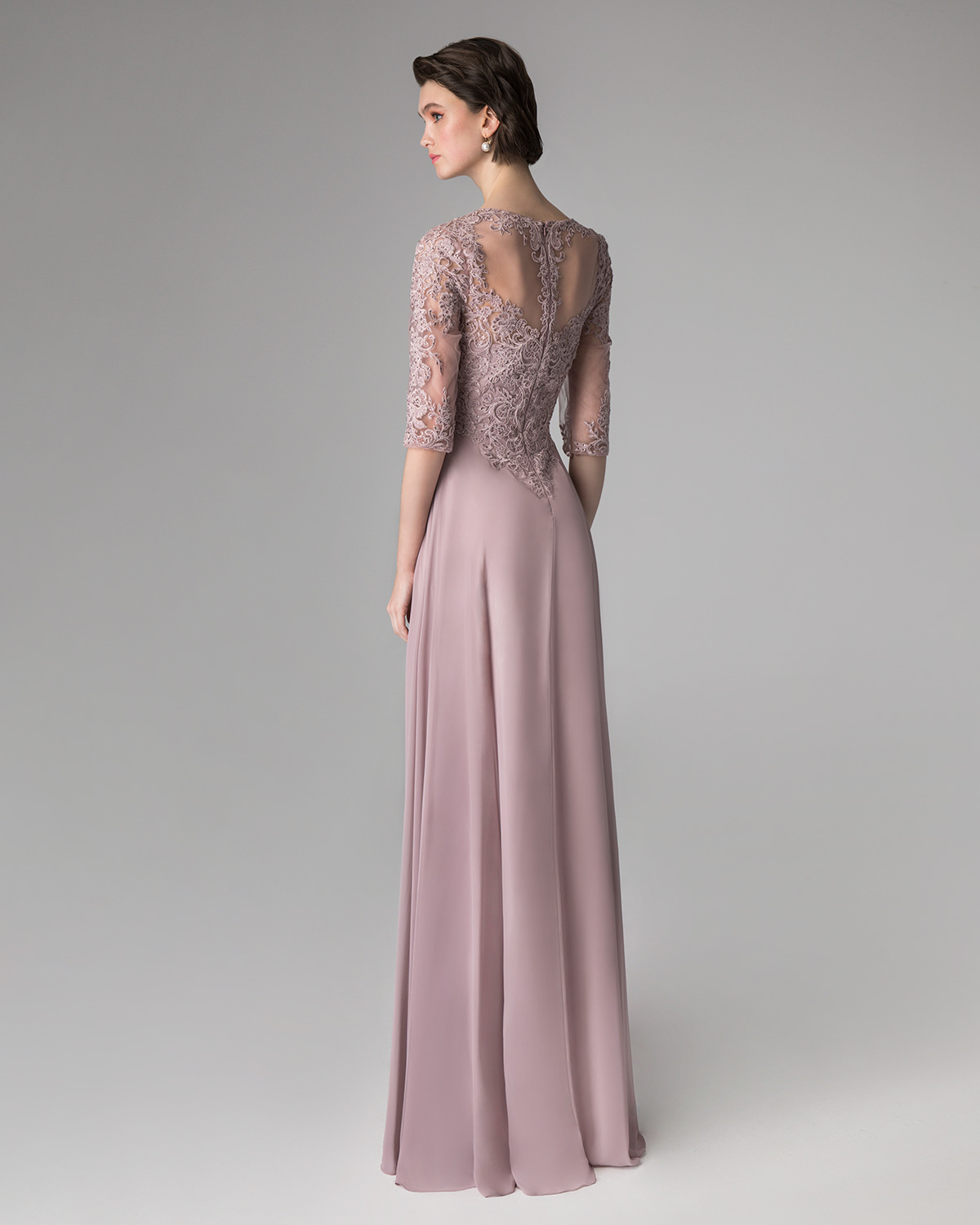 Classic Dresses / Long evening dress with applique lace on the top and long sleeves