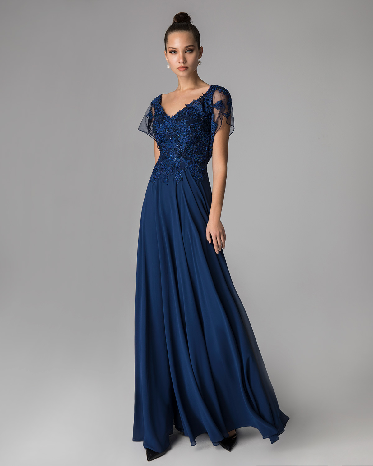 Classic Dresses / Long evening dress with applique lace on the top and  short sleeves
