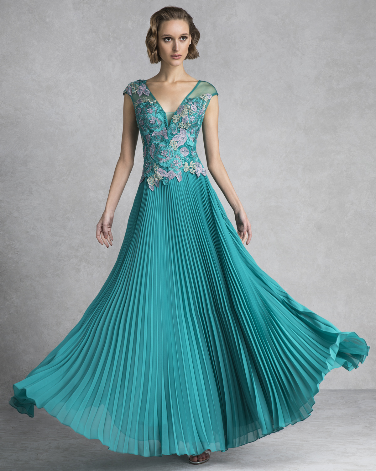 Evening Dresses / Long evening pleated dress with lace top
