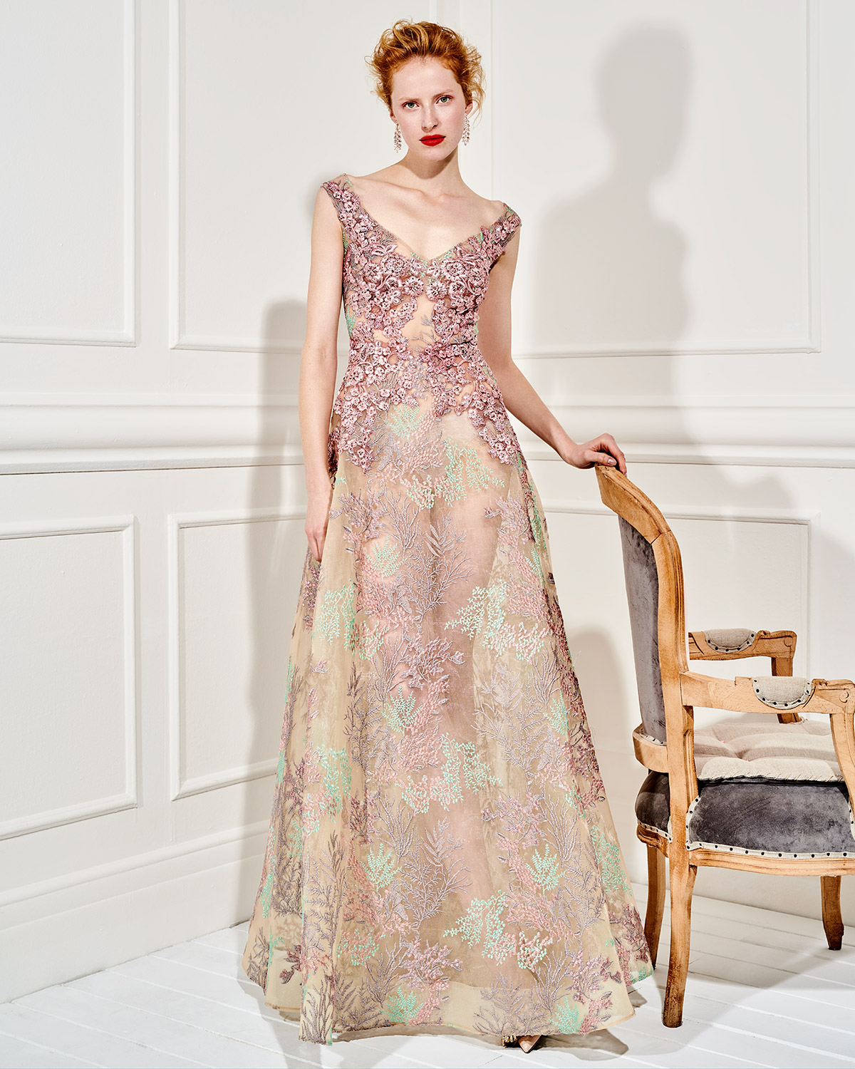 Evening Dresses / Long evening tulle dress with applique lace and beading